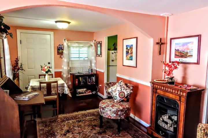 Helen's Cottage: Romantic, Hottub, FirePlace,TV.
