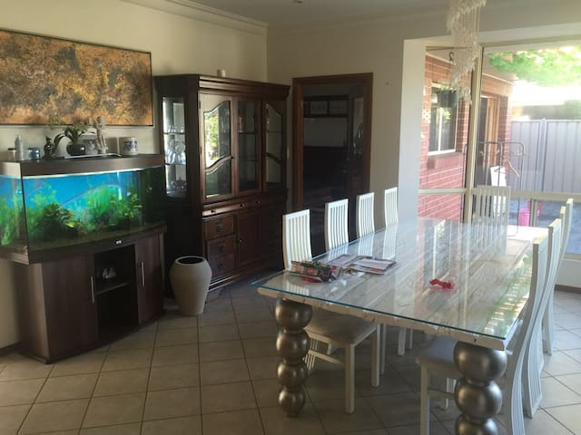 Master Room for Rent,Just like home - Glengowrie - Casa