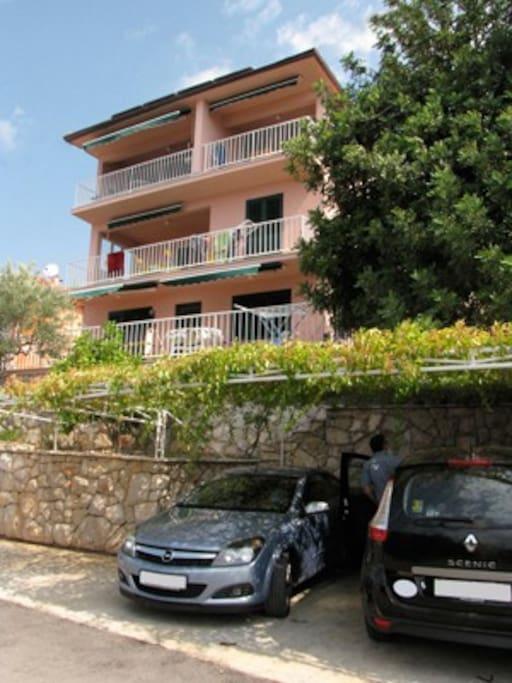 Haus mit Parkplätzen