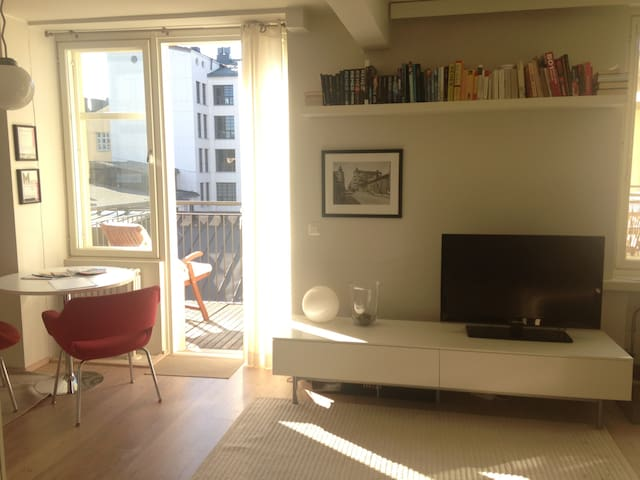 Bright studio w/ balcony in center