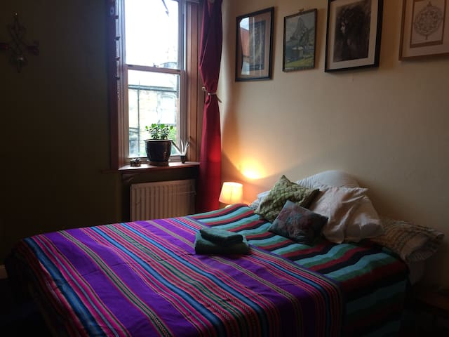 Peaceful, homely room in Historic Roslin