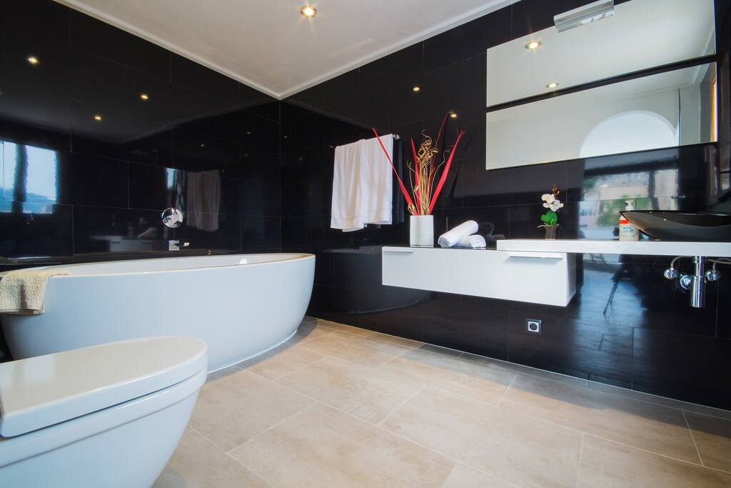 Awesome oval bathtub!
