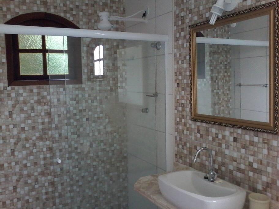 Banheiro estilo moderno e amplo