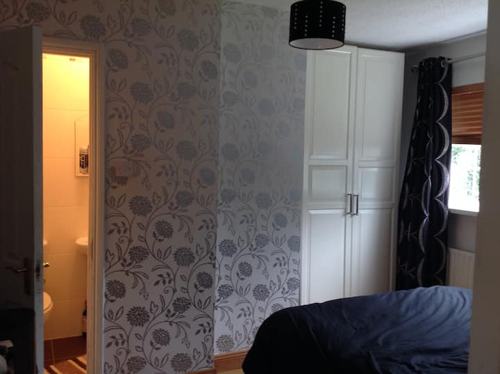 Sunny double/treble ensuite bedroom 2 Mins M50