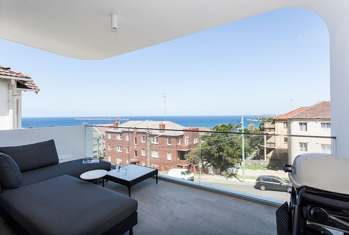 0011A Designer apartment with stunning ocean view