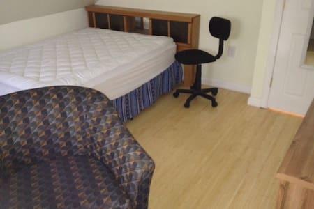 9# Minutes to Boston-Basic Bedroom - Cambridge