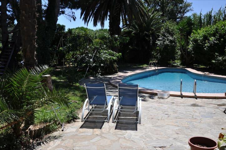 une chambre dans mas avec piscine et parc.