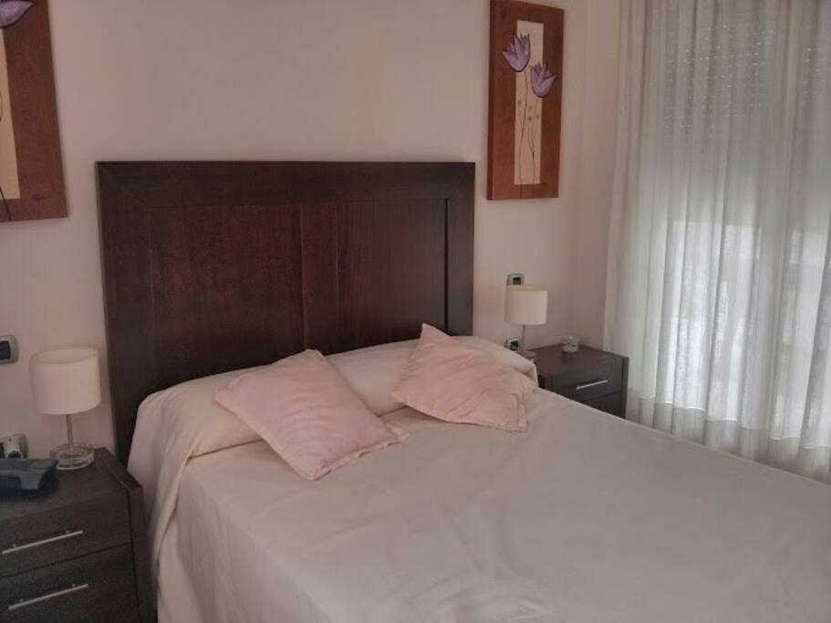 Dormitorio principal con cama de matrimonio