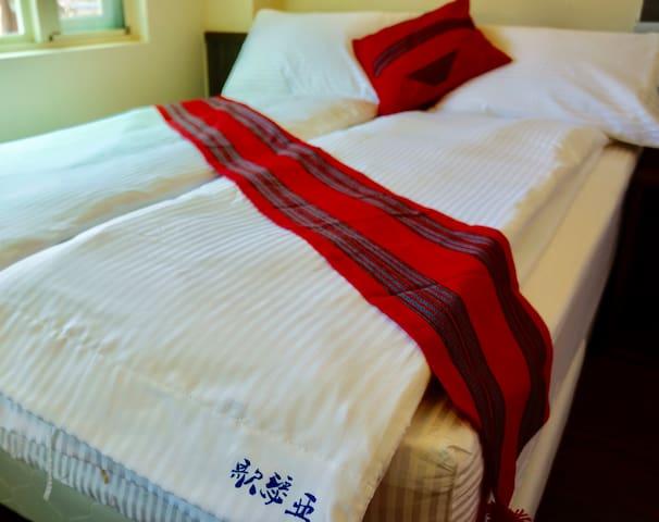 每間房間備有2張雙人床,獨立盥洗及如廁空間
