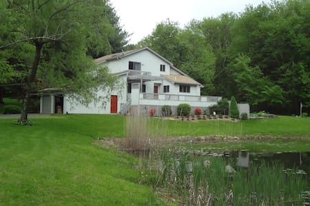 Tucked Away Near Lake and Hiking - Guilford - Bed & Breakfast