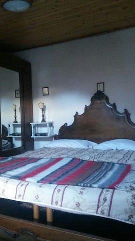 Camera da letto matrimoniale con madia e comò di inizio secolo
