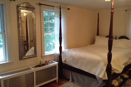 Four Poster Bed in leafy suburb - Topsfield