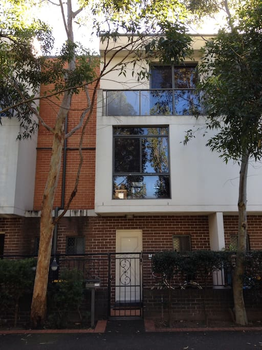 4 bed tri-level townhouse in the heart of Sydney