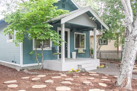 Downtown Bend Cottage! Walk Anywhere!