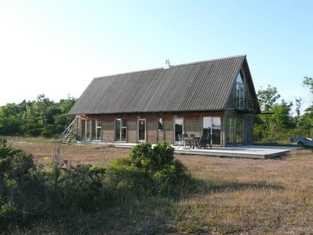 Arkitektritad villa på gotländsk alvarmark