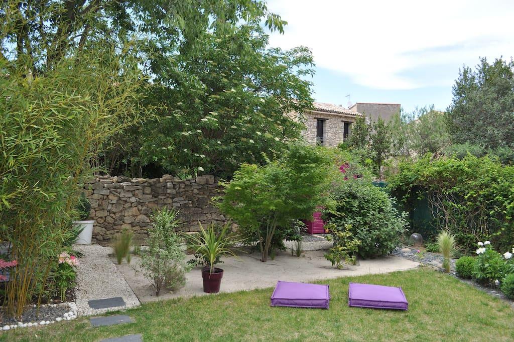 vue générale du jardin, accès par le petit pont ou le chemin en calade
