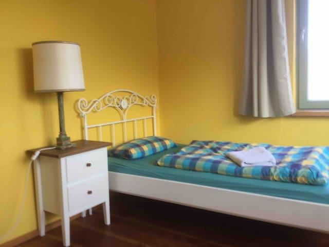 Zimmer mit Dorfblick