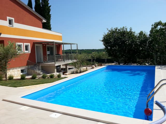 Rosemary delight: new, comfortable + big pool - Savudrija - Lejlighed