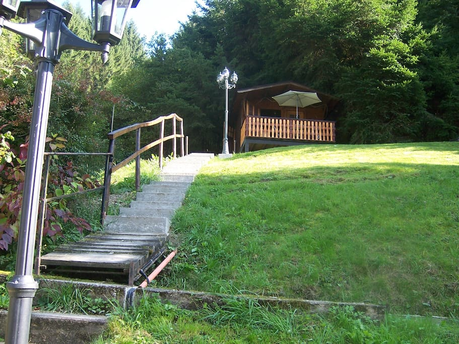 Über 35 Stufen gelangt man zur Hütte am hang
