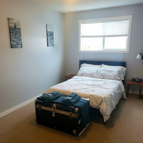 Cozy Private Room in central Kelowna Home