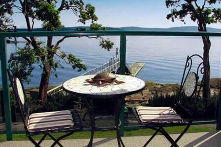 romantic ocean front, pool, hottub!