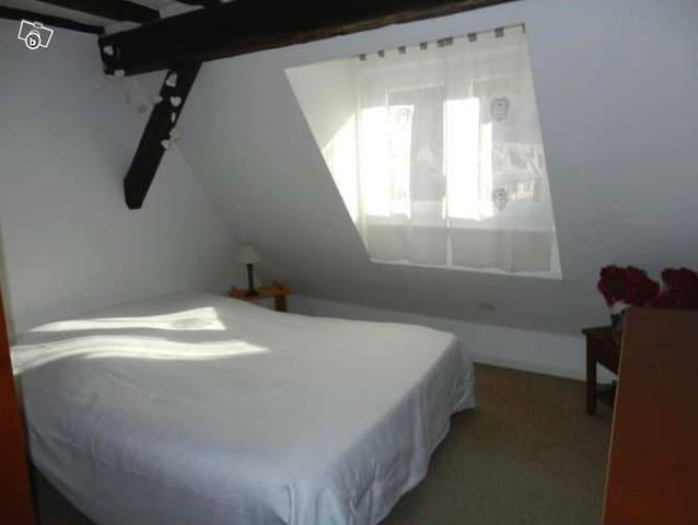 Une chambre au calme avec de nombreux rangements