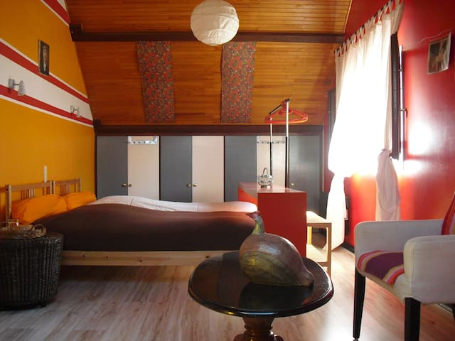 main bedroom 3 single beds/ chambre à coucher 3 lits simples