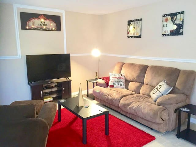 *****Red Carpet movie-themed home in Westland!