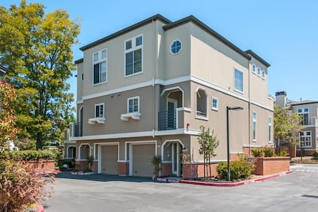 Master Suite w/ 150M Wifi & Parking - Near Highway - Foster City - Townhouse