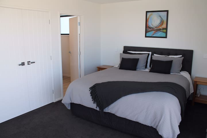 Private studio, convenient location with sea views