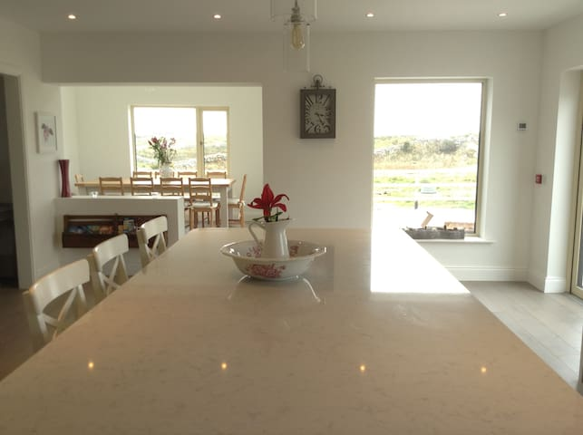 Stunning home minutes from beach - Carraroe