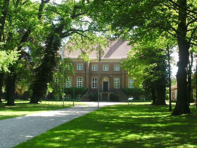 Gut Altenkamp Aschendorf. Auch hier eine Besonderheit,  neben Ausstellungen,  Musikkonzerten wird auch  standesamtliche Trauungen angeboten in einem besonderen Rahmen.  Im Park gibt es zum Konzertsommer  eine kostenlose Musikdarbietung.