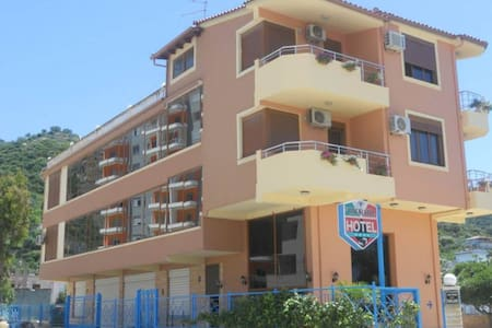 50 meters from beach, Hotel Onorato - Vlorë - Bed & Breakfast