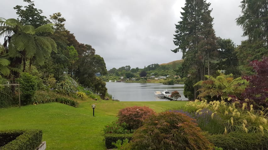 Lakehouse, Lake Rotoiti - Jettyside Room