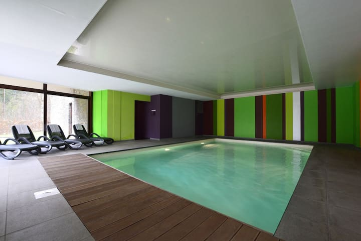 Große luxuriöse Ferienvilla mit Hallenbad, Sauna und Fitnessgeräten