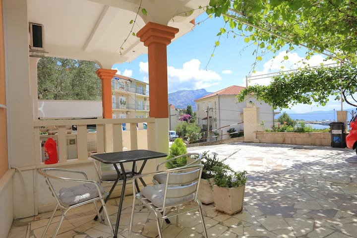 One bedroom apartment with terrace and sea view Duće, Omiš (A-18302-b)