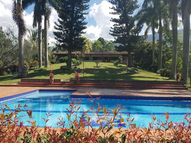 Vista desde la piscina hacia Colina Casa Campo.