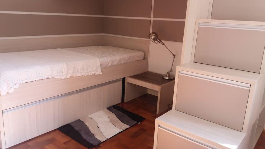 Lindo quarto para jovens viajantes