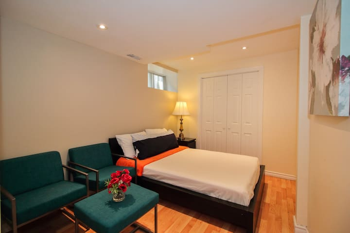 Newly Renovated | Cozy Private Getaway | High Park