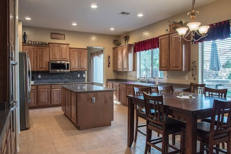 5 STAR 4 bd/3 ba w/putting green, grill, pool. - Chandler