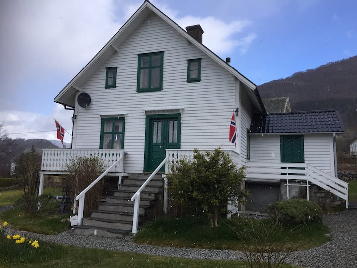 Sommerhus fra ca1890 og har oppblåsbart boblebad