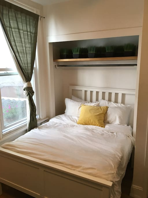 Full bed with second window