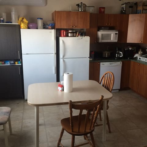 Comfy fully furnished apartment. - Iqaluit - Lägenhet