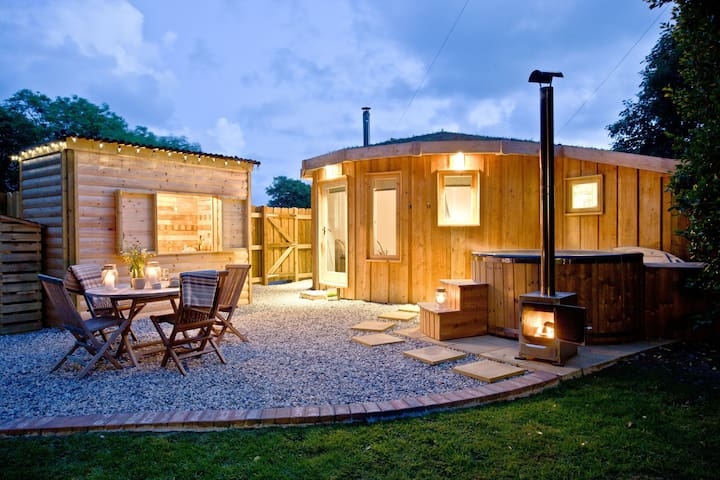 The Roundhouse : en-suite glamping with hot tub
