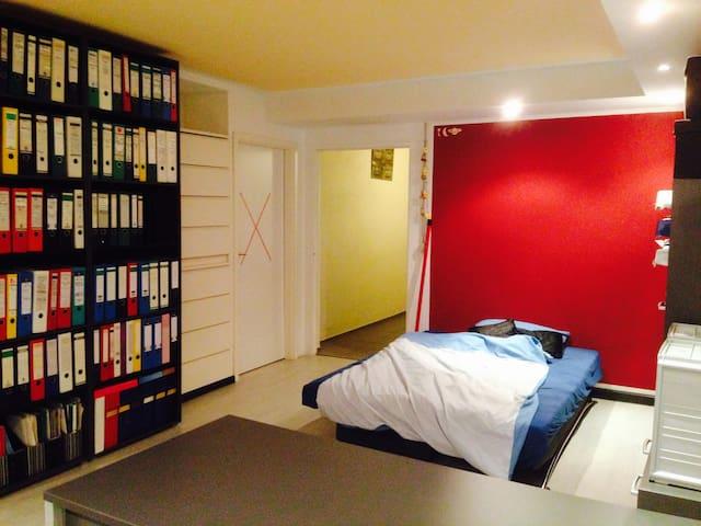 Nettes Zimmer im Souterrain - Kirchseeon - Casa