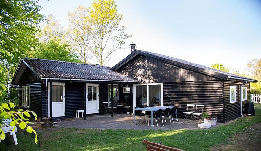 Hyggeligt sommerhus med 3 soveværelser i Sunds.