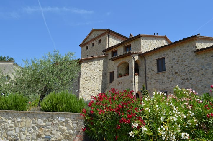 Antique Tower Apartment with Pool, near Montone - Città di Castello - Huoneisto