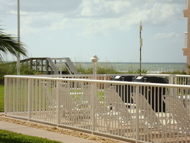 Ground floor poolside condo with great ocean view! - Cocoa Beach - Appartement en résidence