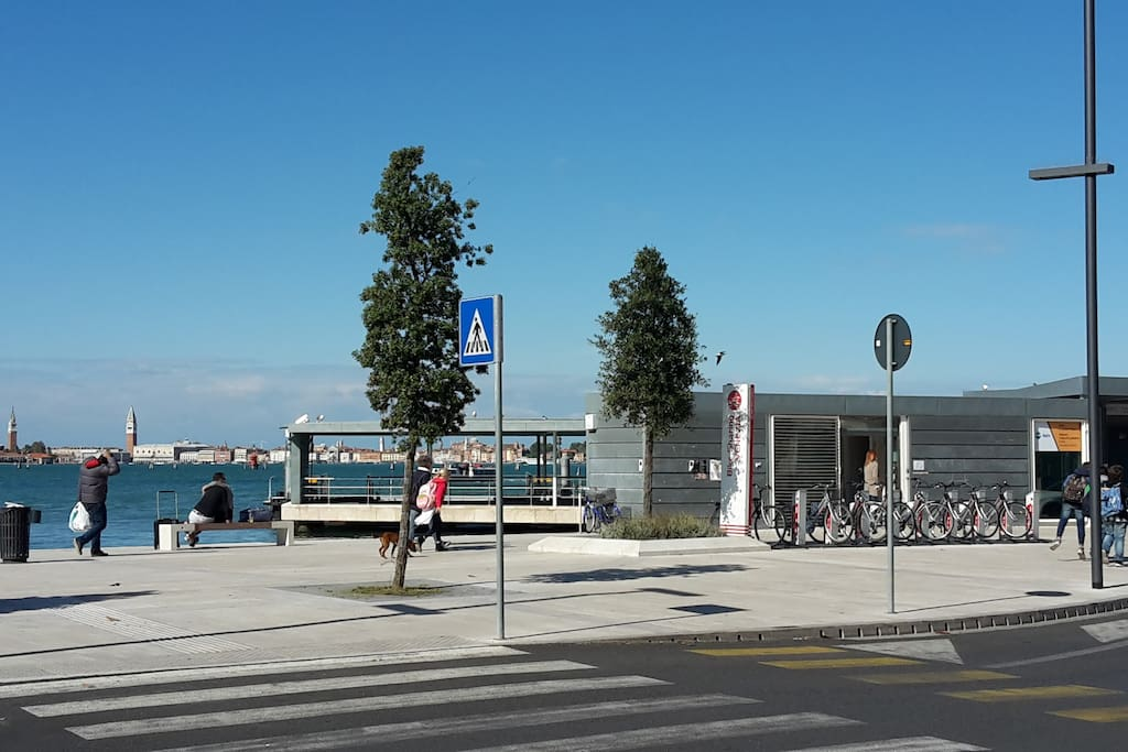 approdo Lido con vista campanile San Marco landing Lido with St. Mark's bell tower view