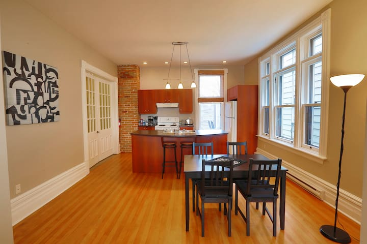 Bright and airy downtown apartment in Hull/Ottawa!